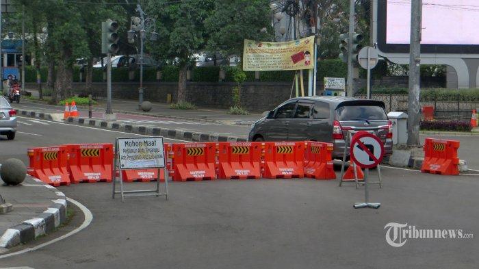 Dua kendaraan roda empat memasuki Jalan Dago, Kota Bandung yang diberlakukan sebagai area PSBB, Selasa (12/05/2020). Meskipun ruas jalan tersebut ditutup sebagai daerah yang diterapkan untuk area PSBB, masih diberi kesempatan bagi kendaraan tertentu diizinkan masuk wilayah tersebut, anatara lain kendaraan yang akan menuju Rumah Sakit, mobil pengangkut bahan makanan dan mobil pengantar bahan energi. (Tribun jabar/zelphi)