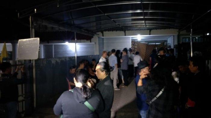 Suasana rumah duka Arswendo Atmowiloto di Kompleks Kompas B-2, Jalan Damai, Petukangan Selatan, Jakarta Selatan, Jumat (19/7/2019). Arswendo Atmowiloto meninggal dunia pada Jumat sore.(KOMPAS.com/DIAN REINIS KUMAMPUNG)