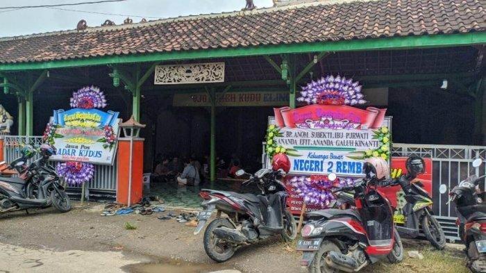 Suasana rumah duka di Padepokan Seni Ongkojoyo, Desa Turusgede, Kecamatan Rembang, tempat ditemukan tewasnya keluarga dalang Ki Anom Subekti, Kamis (4/2/2021). (Tribun Jateng/Mazka Hauzan Naufal)