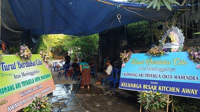 Suasana rumah duka Komang Artia, korban kecelakaan antara motor Kawasaki dan mobil Brio di Jalan Prof M Yamin, Kamis (21/11/2019) malam. TRIBUN BALI/M Ulul Azm