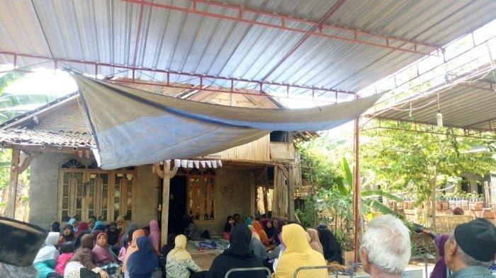 Suasana rumah duka di Dusun Ngares RT: 03 / RW: 04, Bulakan, Sukoharjo, Sabtu (28/9/2019). TribunSolo.com/Agil Tri