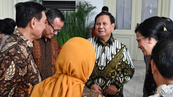 Suasana saat Prabowo Subianto, Luhut Pandjaitan, Ida Fauziah, dan Sri Mulyani tertawa bersama di Istana Presiden Jakarta sebelum dilantik jadi menteri.
