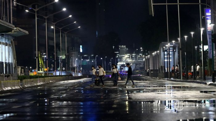 Suasana sepi saat diberlakukannya Car Free Night (malam bebas kendaraan) dan Crowd Free Night (malam bebas keramaian) pada malam pergantian tahun di Jalan MH Thamrin, Jakarta, Kamis (31/12/2020). Polda Metro Jaya melakukan Car Free Night dan Crowd Free Night dengan menutup sepanjang Jalan Sudirman-MH Thamrin, Jakarta pada malam pergantian tahun untuk mencegah kerumunan warga. TRIBUNNEWS/IRWAN RISMAWAN