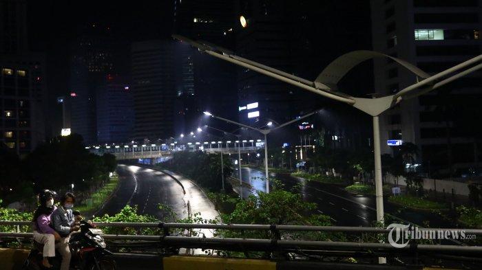 Suasana sepi saat diberlakukannya Car Free Night (malam bebas kendaraan) dan Crowd Free Night (malam bebas keramaian) pada malam pergantian tahun di Jalan Jenderal Sudirman, Jakarta, Kamis (31/12/2020). Polda Metro Jaya melakukan Car Free Night dan Crowd Free Night dengan menutup sepanjang Jalan Sudirman-MH Thamrin, Jakarta pada malam pergantian tahun untuk mencegah kerumunan warga. TRIBUNNEWS/IRWAN RISMAWAN