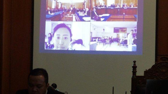 Suasana sidang kasus dugaan mucikari atas terdakwa Mami Lia dalam sidang online di PN Surabaya.