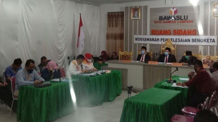 Suasana sidang pembacaan kesimpulan sidang sengketa pilkada antara KPU dan Ike Edwin-Zam Zanariah di kantor Bawaslu Bandar Lampung, Kamis (10/9/2020) malam.