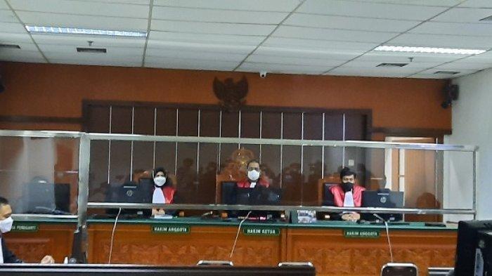 Suasana sidang suami Nindy Ayunda, Askara Parasady Harsono, di Pengadilan Negeri Jakarta Barat, Palmerah, Senin (19/4/2021). Askara Parasady Harsono dituntut jaksa penuntut umum tiga pasal berlapis dan ancaman penjara 20 tahun.
