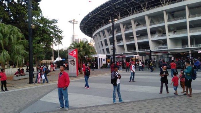 Suasana pengunjung Stadion Utama Gelora Bung Karno (SUGBK), Senayan, jelang laga Indonesia Vs Thailand, Selasa (10/9/2019)