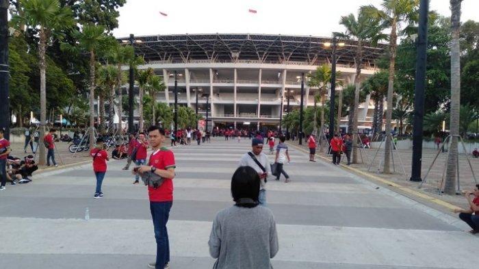 Suasana pengunjung Stadion Utama Gelora Bung Karno (SUGBK) jelang laga Indonesia Vs Thailand