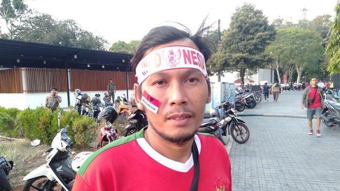 Seorang suporter di Stadion Utama Gelora Bung Karno (SUGBK) jelang laga Indonesia Vs Thailand