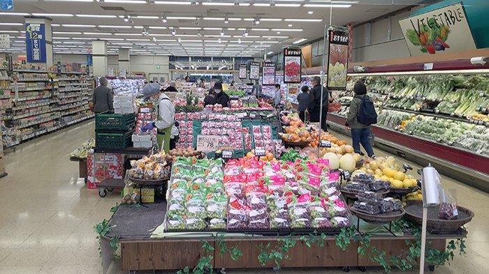 Suasana supermarket besar Jepang Life di Tokyo, Selasa (7/4/2020) jam 13.00 waktu Jepang dalam keadaan normal.