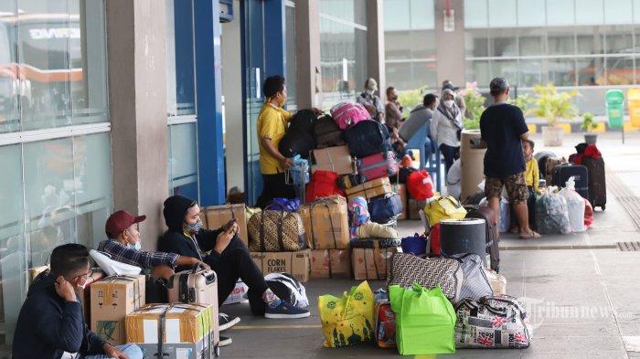 Sejumlah calon penumpang menunggu keberangkatan bus di Terminal Pulo Gebang, Jakarta Timur, Rabu (5/5/2021). Memasuki H-1 larangan mudik, jumlah penumpang yang berangkat dari Terminal Pulo Gebang terus meningkat. Pemudik memilih mudik lebih awal untuk menghindari larangan mudik Lebaran yang mulai diberlakukan pada 6-17 Mei 2021. Tribunnews/Jeprima
