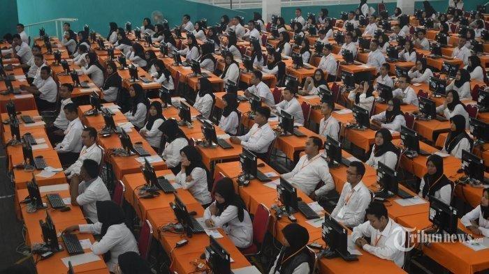 Suasana tes CPNS Pemkot Surabaya di Gelanggang Remaja Tambaksari, Minggu (9/2). Tes CPNS Kota Surabaya akan digelar selama 4 hari mulai pada 9 - 13 Februari 2020. Total peserta tes yang akan berebut kursi CPNS Pemkot Surabaya itu sebanyak 5.595 peserta.