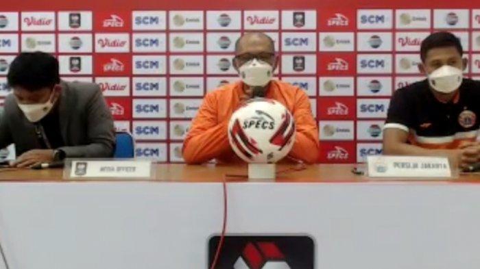 Sudirman, pelatih Persija Jakarta (tengah