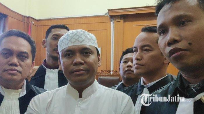 Sugi Nur Raharja bersama kuasa hukumnya usai sidang di PN Surabaya, Kamis, (23/5/2019).