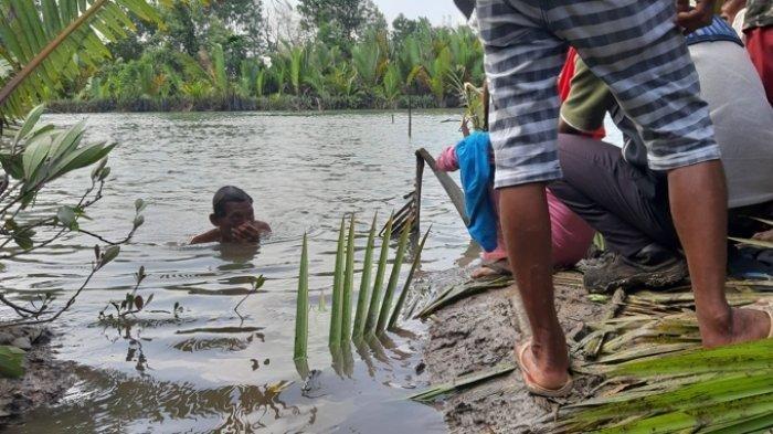 Aneh, Beberapa Saat Setelah Dukun Air Mulai Ritual Jasad Saad Muncul Dari Dasar Sungai Manggar