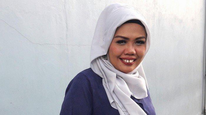 Elly Sugigi terlihat menggunakan hijab usai mengisi acara di salah satu program.
