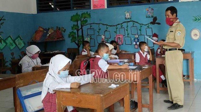 Suhari saat mengajar siswa SD Negeri Godok Kecamatan Laren, Kabupate