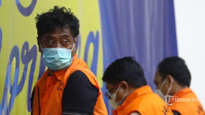 Direktur PT Dua Putra Perkasa (DPP), Suharjito mengenakan rompi oranye usai menjalani pemeriksaan terkait kasus dugaan korupsi ekspor benih lobster di Gedung KPK, Jakarta Pusat, Rabu (25/11/2020). KPK menetapkan tujuh tersangka dalam kasus dugaan korupsi tersebut, dua di antaranya yakni Menteri Kelautan dan Perikanan (KKP), Edhy Prabowo dan Direktur PT DPP Suharjito. Tribunnews/Irwan Rismawan