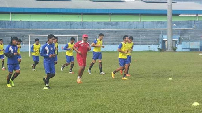 Pemain Arema Cronus Malang sedang menjalani latihan di Stadion Gajayana Kota Malang, Kamis (5/3/2015) pagi. Latihan ini dipersiapkan Arema jelang uji coba kontra Persija Jakarta.