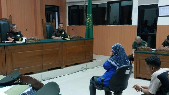 Suhartini (50) ibu kandung Vera Oktaria tak Kuasa menahan tangis saat menjadi saksi di persidangan Prada Deri Pramana di pengadilan Militer I-04 Jakabaring