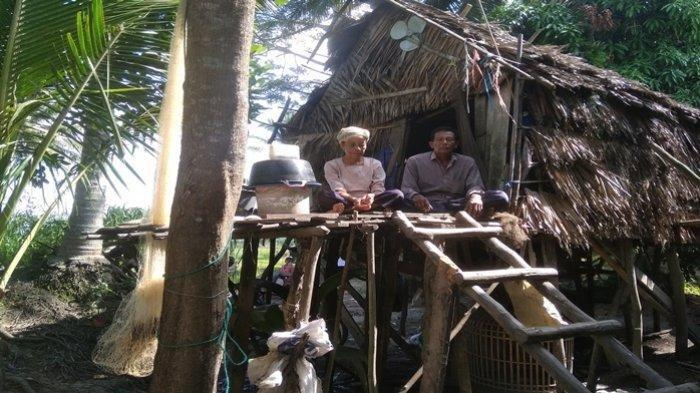 Pasangan Suami Istri di Ogan Ilir Selama 7 Tahun Tinggal di Kandang dengan Ayam