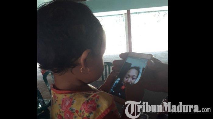 Sulastri Menangis Saat Video Call dengan Bayinya yang Ditemukan di Samping Jasad Sang Suami