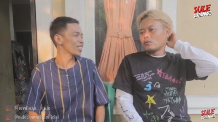 Saat datang ke rumah Dede Sunandar yang kini juga berjualan cireng, Sule beri amplop berisi uang untuk bantu usaha.