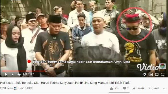 Sule dan Teddy, suami Lina saat pemakaman Lina di Bandung, Sabtu (4/1/2020).