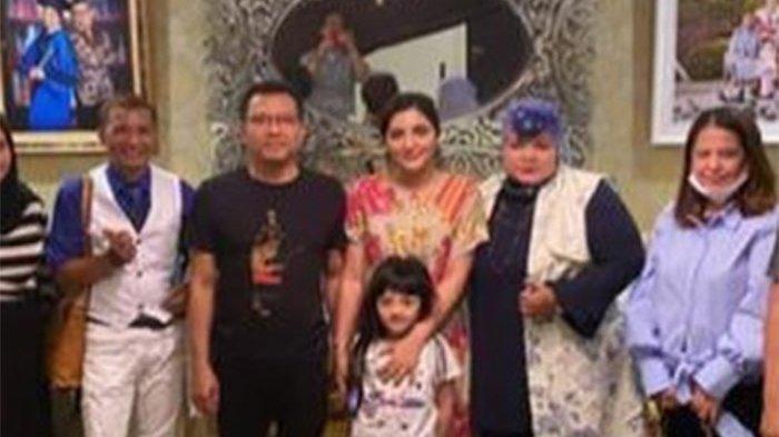 Sosok yang disebut sebagai Sultan Jember berfoto bersama Anang dan Ashanty.