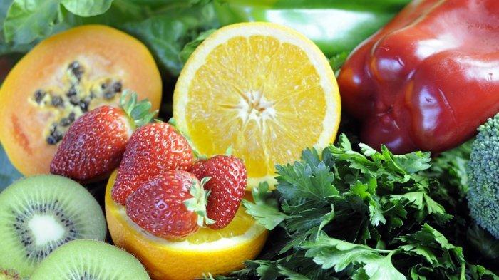 Vitamin C alami banyak terdapat pada buah-buahan segar seperti pepaya, stroberi dan kiwi.