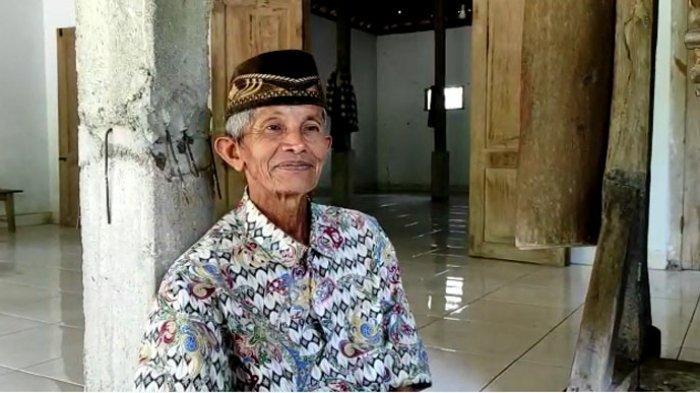 Tohari eks mantan warga Sumbulan, satu Kampung di Desa Plalangan, Kecamatan Jenangan, Kabupaten Ponorogo yang sepi tak berpenghuni. Ia masih rajin mendatangi kampungnya untuk salat di Masjid.