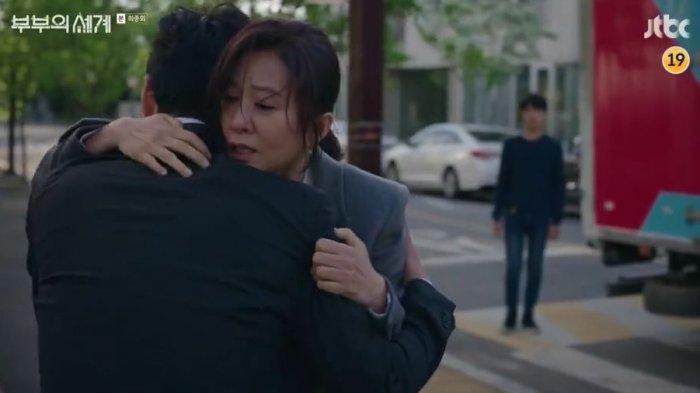 Sun Woo menolong Tae Oh dan membawanya ke pinggir jalan