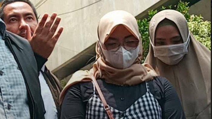 Ery (kiri), Sunan Kalijaga (tengah kiri), Wanita berinisial S (tengah kanan), Marlina (kanan) di Komnas Perempuan, Menteng, Jakarta Pusat, Selasa (21/9/2021)/
