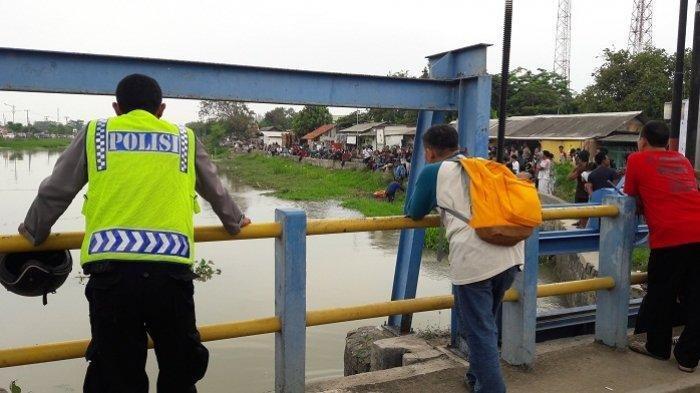 Lokasi yang disinyalir jadi tempat dilemparnya linggis, barang bukti pembunuhan satu keluarga oleh tersangka Haris Simamora, di Jalan Raya Kalimalang, Pasar Tegal Danas, Kabupaten Bekasi, Sabtu (17/11/2018).