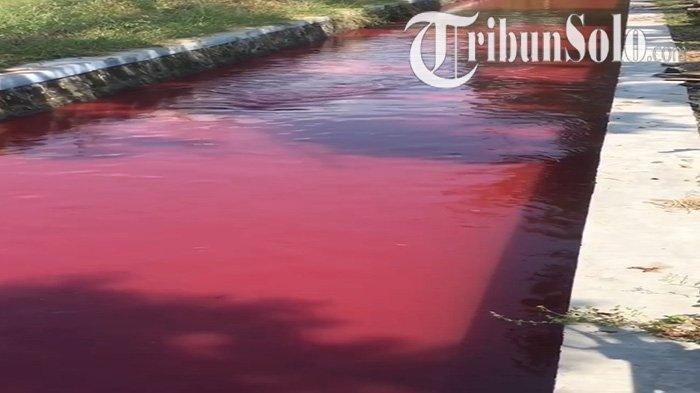 Warga di Kabupaten Klaten dihebohkan dengan penampakan air sungai di Desa Ngreden, Kecamatan Wonosari mendadak jadi merah, Kamis (16/9/2021)