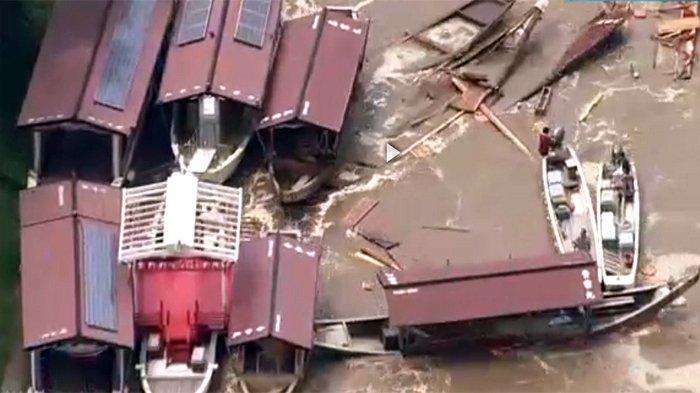 Sungai Nagara di Gifu meluap menghancurkan kapal-kapal kecil dan membuat banjir di Kota Gifu, Jumat (16/8/2019) gara-gara taifun No.10.