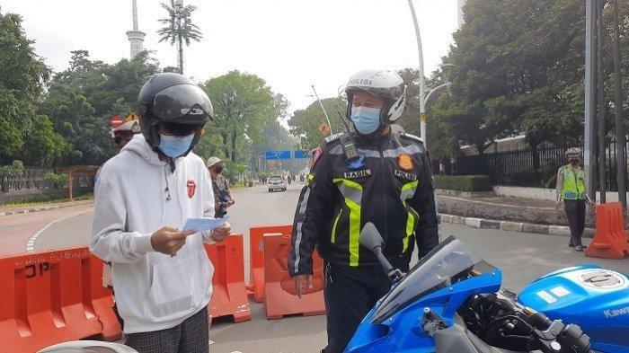 Polisi Razia di Monas, 100 Motor Berknalpot Bising Ditilang, ABG Terpeleset Hindari Razia