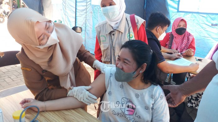 VAKSINASI PENYANDANG DISABILITAS - Puskesmas Kecamatan Periuk, Kota Tangerang, menggelar kegiatan vaksinasi bagi penyandang disabilitas, Senin (16/8/2021). Dalam upaya mencapai percepatan herd immunity, vaksinasi dilakukan selain di halaman Kantor Kecamatan Periuk, juga secara door to door. WARTA KOTA/NUR ICHSAN