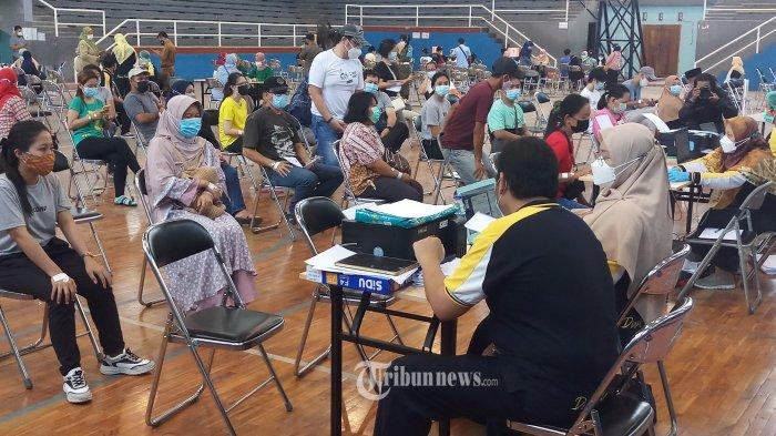 VAKSINASI MASSAL - Pemkot Tangerang terus berupaya untuk memerangi Covid-19 di wilayahnya dengan kembali menggelar vaksinasi CoVid-19 massal yang menyasar pelaku usaha UMKM dan PKL yang ber KTP Kota Tangerang dan memiliki usaha di Kota Tangerang yang berlangsung serentak  di 13 kecamatan, Selasa (25/3/2021). Kegiatan dengan target 2000 orang ini, dilakukan karena mereka kerap bersentuhan dengan konsumen sehingga berpotensi menyebarkan Covid-19. WARTA KOTA/NUR ICHSAN