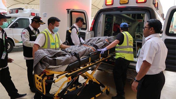 Petugas haji Indonesia memasukkan jenazah jemaah haji Indonesia asal Indramayu, Supardo, ke dalam ambulan di Bandara King Abdul Aziz Jeddah, Sabtu (20/7/2019). Supardjo meninggal dunia di dalam pesawat. (Tribunnews/Darmawan/MCH2019)