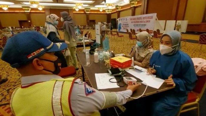 Bima Arya memberikan jatah vaksin kepada sukarelawan ikonik Kota Bogor, Mahfud (49).
