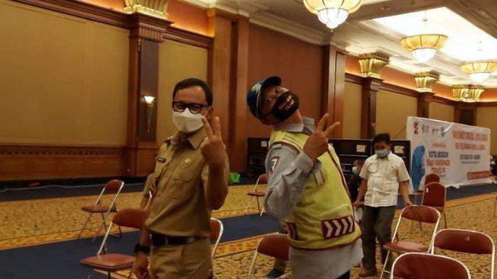 Moment saat Wali Kota Bogor Bima Arya Berikan Jatah Vaksinnya untuk Supeltas Mahfud