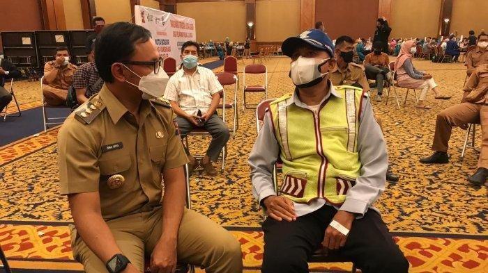 Wali Kota Bogor Bima Arya secara sukarela memberikan jatah vaksinya kepada yang lebih memerlukan