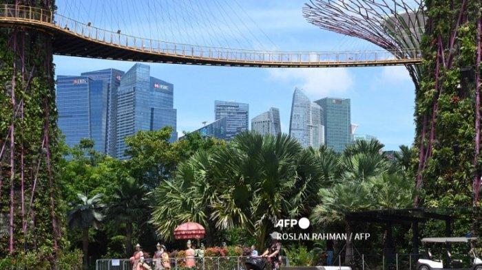Seorang wanita mendorong kereta bayi di bawah Supertree Grove skyway di Gardens by the Bay di Singapura pada 9 September 2020, setelah objek wisata populer dibuka kembali untuk umum pada 7 September 2020.