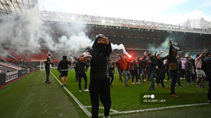 Pendukung memprotes pemilik Manchester United, di dalam stadion Old Trafford klub Liga Premier Inggris Manchester United di Manchester, barat laut Inggris pada 2 Mei 2021, menjelang pertandingan Liga Premier Inggris melawan Liverpool. Manchester United adalah salah satu dari enam tim Liga Premier yang mendaftar ke turnamen Liga Super Eropa yang memisahkan diri. Tetapi hanya 48 jam kemudian Liga Super runtuh ketika United dan klub Inggris lainnya mundur.  Oli SCARFF / AFP