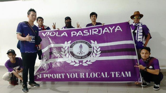 Suporter Persita Tangerang hadir di Stadion Pakansari, Bogor.