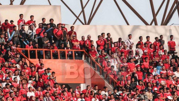 Suporter Indonesia mendukung perjuangan tim nasional U-23 Indonesia saat melawan Uni Emirat Arab dalam pertandingan babak 16 besar sepak bola Asian Games 2018 di Stadion Wibawa Mukti, Jumat (24/8/2018).