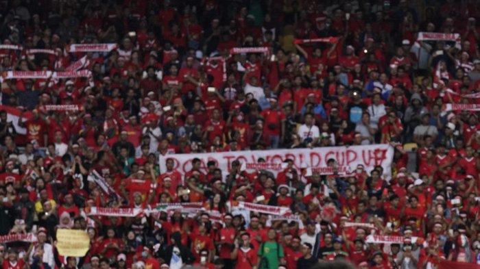 Suporter Indonesia memberikan dukungan dari tribune Stadion Bukit Jalil saat laga Timnas U-16 Indonesia vs Australia dalam perempat final Piala Asia U-16 2018, 1 Oktober 2018.