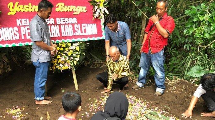 Foto-foto Keharuan Pemakaman Yasinta Korban Tragedi Susur Sungai, Ucapan Sang Ayah di Atas Makam